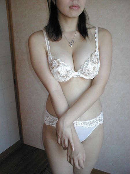 450px-Japanese_girl_in_a_white_E70_bra